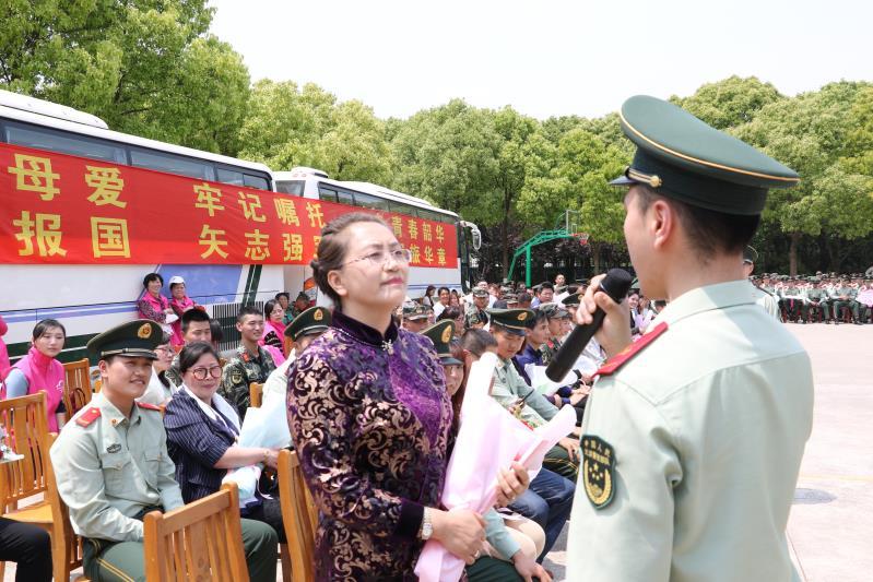 母亲节百名妈妈突然进军营,兵儿子们给妈妈献上一个拥抱