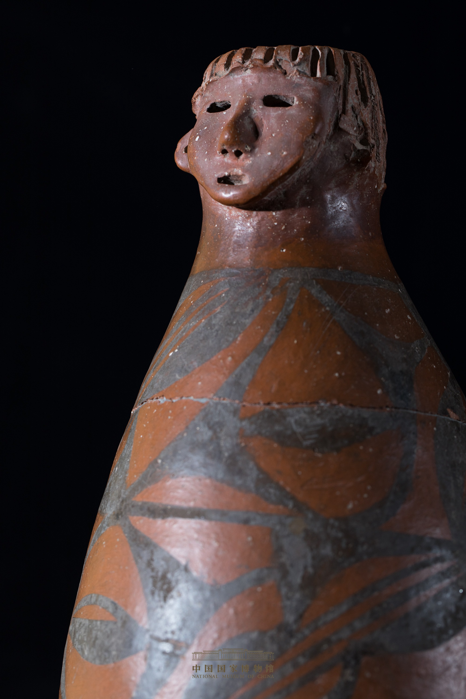 1-人头形器口彩陶瓶-大地湾文化三期.jpg