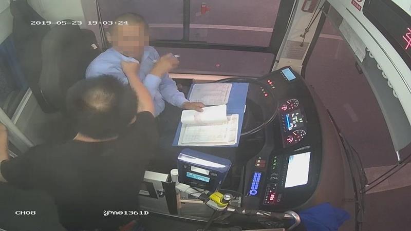 """乘坐公交车忘刷卡 ,司机善意提醒,却引来一顿""""胖揍"""""""