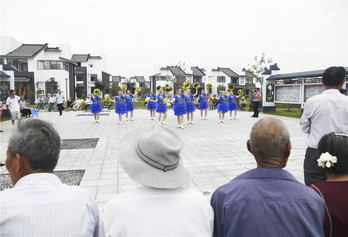 新住进湖畔旺屯新农庄的农民欢歌舞蹈。 (2).jpg