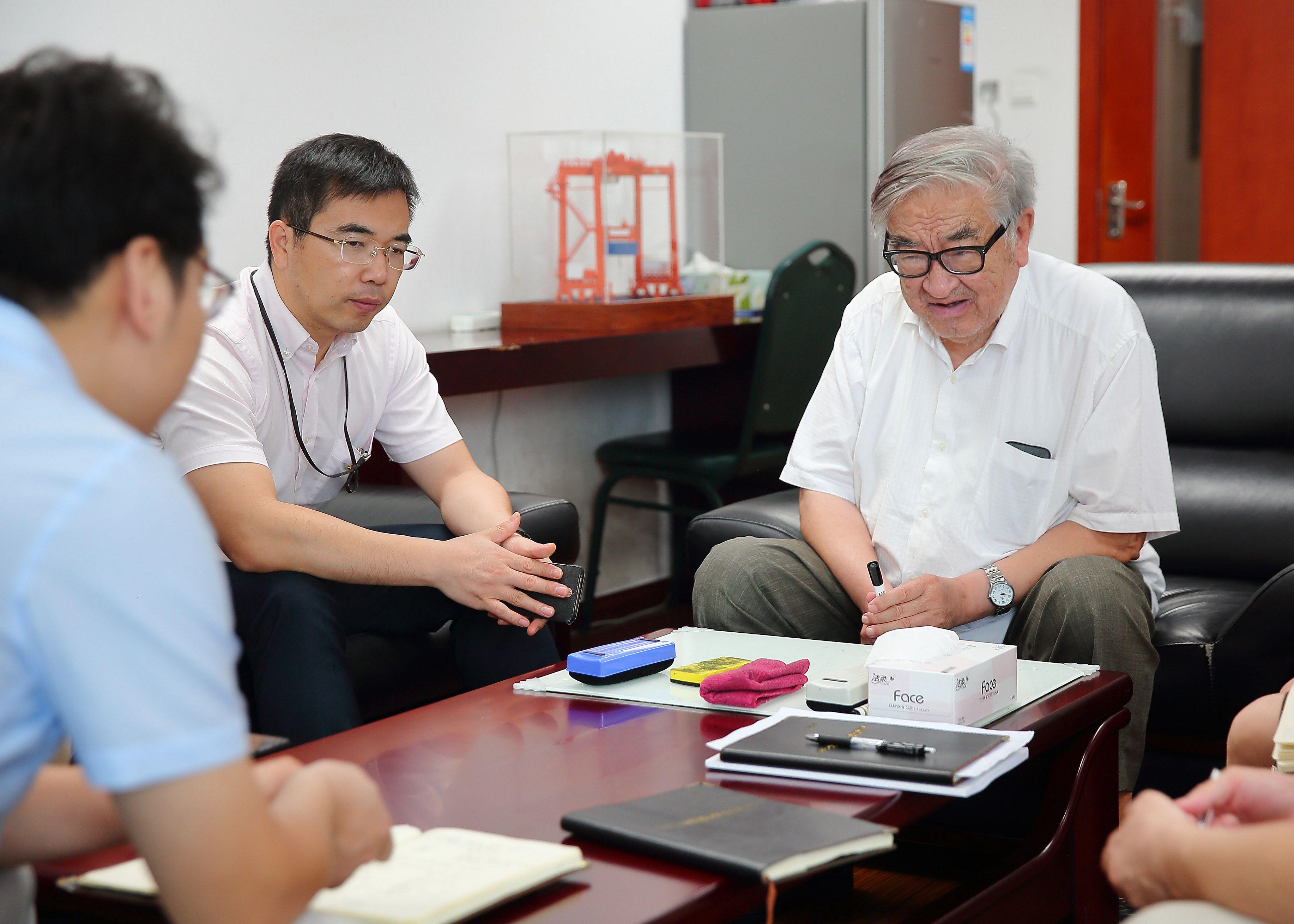 2018.8.15管总在办公室与技术人员讨论工程船技术问题-李学民摄.jpg