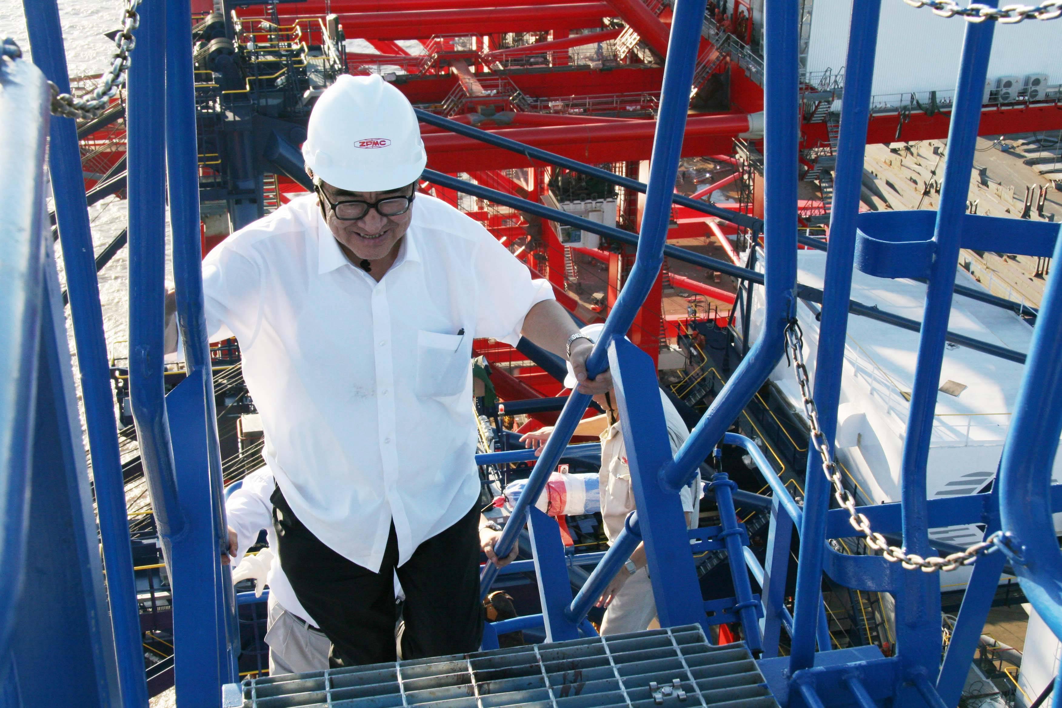 7-03 -2006.7.31-76岁的管彤贤总裁经常深入生产基地,并爬上80多米高的起重机-李学民摄.jpg