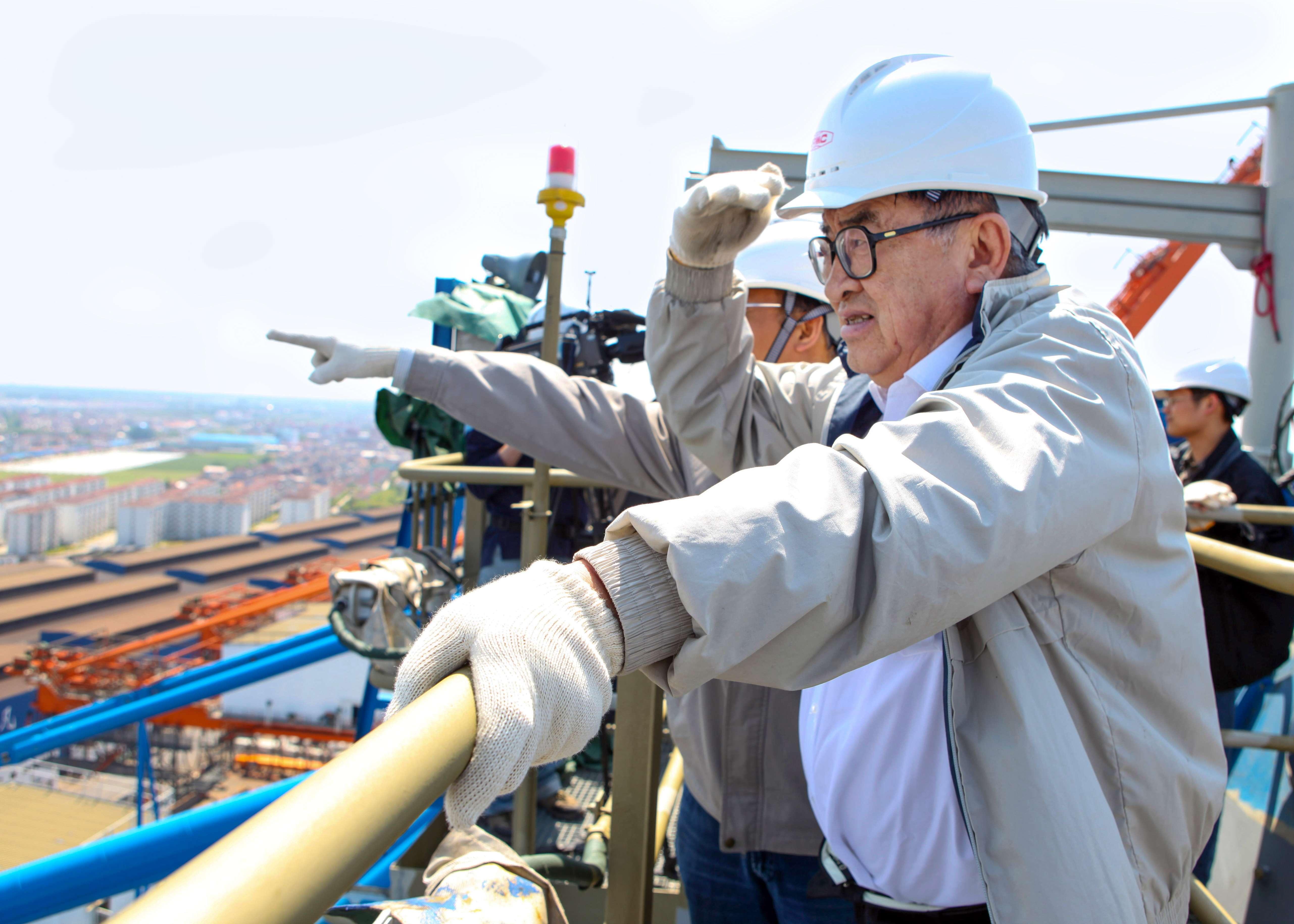 7-4-2009.5.6-举目遥望-情绪万千-79岁高龄的管彤贤还坚持深入生产基地,爬上80多米高的起重机2.jpg