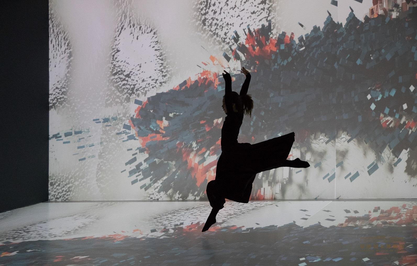 参展作品《合》,奥斯曼·考其(土耳其)。作品打造了一个整体的声音和视觉体验,应用软件让声音和动作影响视觉图像,实现艺术阐释和即兴创作。.jpg