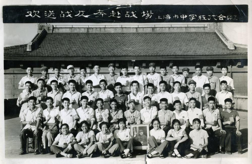 1968年7月上海中学红代会送别赴东北兵团的知青。三排左二是李斌。.jpg