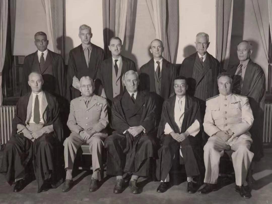 11国法官合影。前排右二为中国法官梅汝璈,中间为庭长韦伯。.jpg