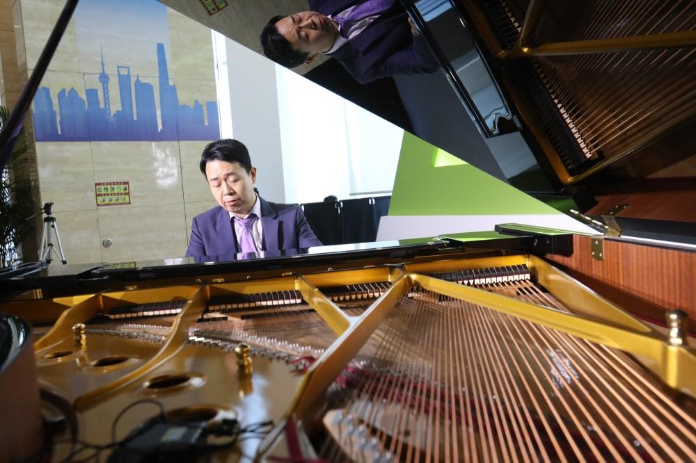 """视频 进博会上的""""快闪"""":钢琴与合唱交织《我和我的祖国》响彻新闻中心(图3)"""