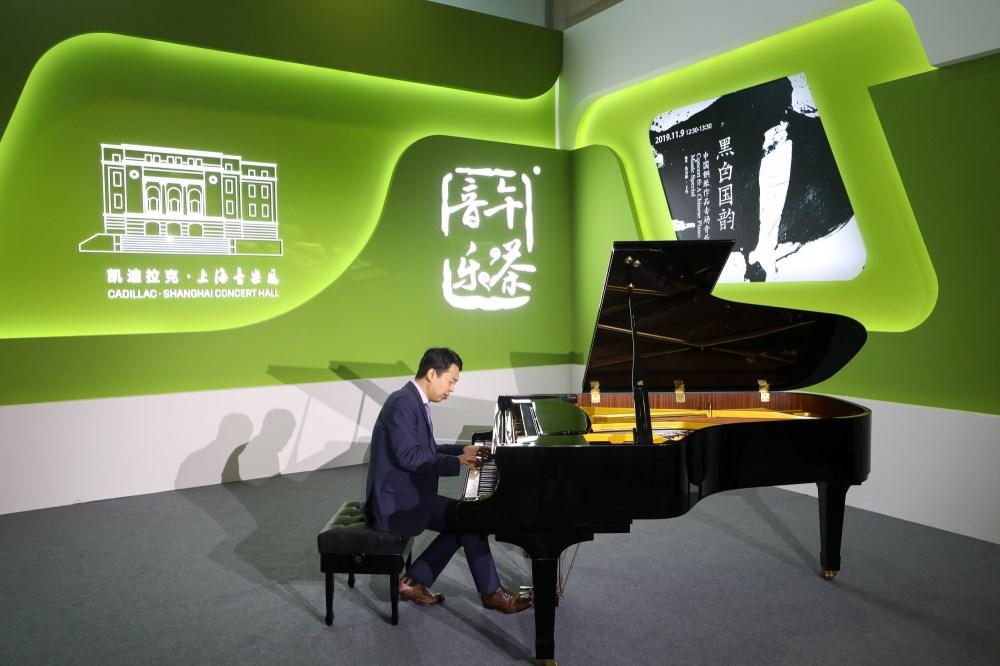 """视频 进博会上的""""快闪"""":钢琴与合唱交织《我和我的祖国》响彻新闻中心(图4)"""