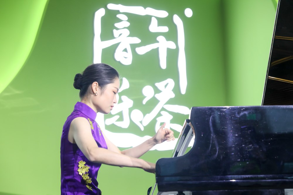 """视频 进博会上的""""快闪"""":钢琴与合唱交织《我和我的祖国》响彻新闻中心(图5)"""