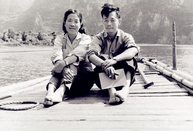 1963年,周令钊和夫人陈若菊在广西漓江船上.jpg