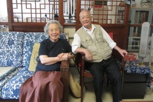 2013年,周令钊和夫人陈若菊在北京家中.jpg