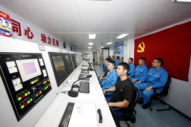 远望5号船轮机系统关注船舶情况,王煦之摄.JPG