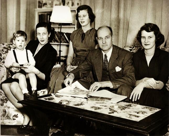 1952年,凯南赴苏联任大使之前,与妻子、两个女儿以及两岁的儿子.jpg