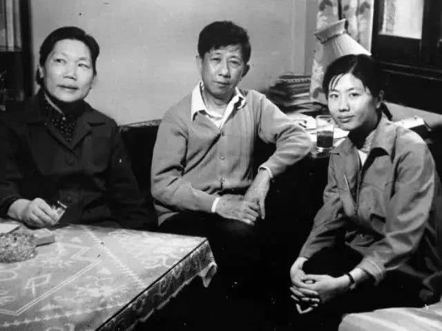80 年代,王安忆与父母的合照.jpg