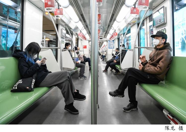 坐地铁发一次性手套,买口罩防二