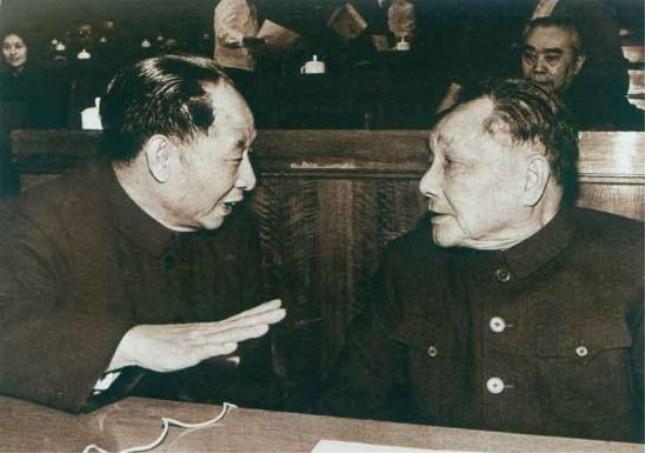 1978年胡耀邦(左)和邓小平.jpg