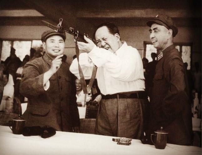1964年,杨得志(左)和杨勇(右)陪毛泽东观看军事训练汇报.jpg