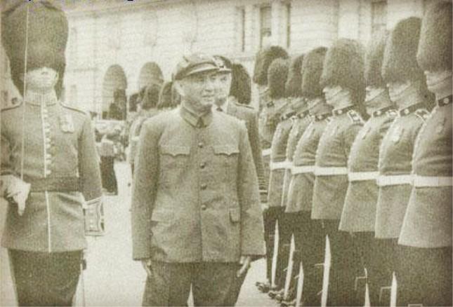 1979年,杨勇率军事代表团访问英国.jpg