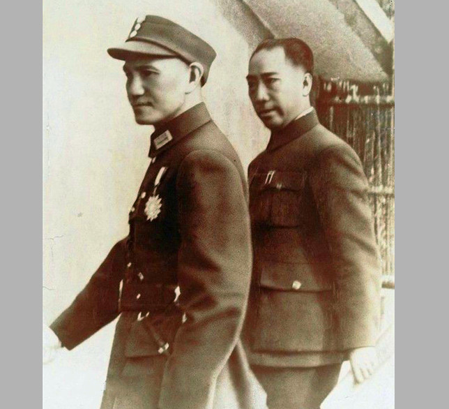 戴笠与蒋介石内图.jpg