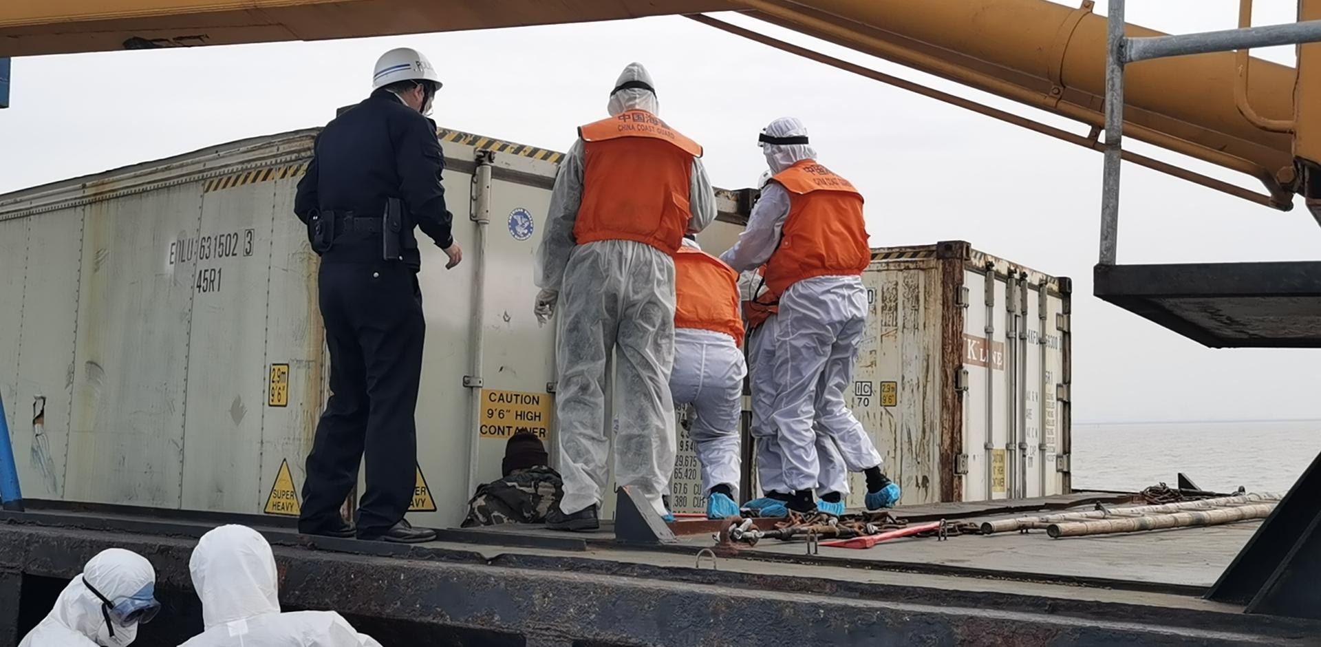 图二:海警人员开箱进行检查.jpg