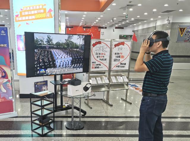 用户在北京联通营业厅观看国庆阅兵VR直播.jpg