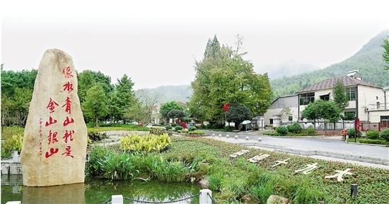 """安吉余村""""绿水青山就是金山银山""""纪念碑。浙江在线记者.jpg"""