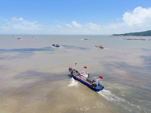 8月1日,在福建省霞浦县三沙镇海域,渔船开渔出海(无人机照片)。.jpg