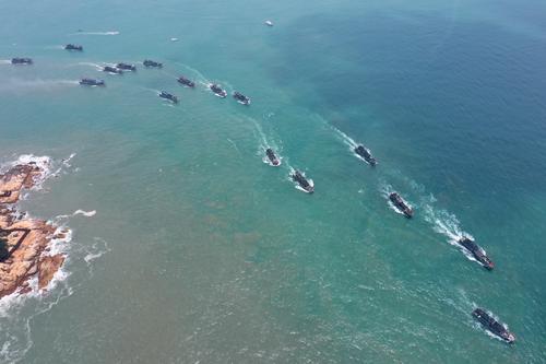 8月1日,渔船从福建东山的大澳中心渔港出发驶向外海(无人机照片)。.jpg