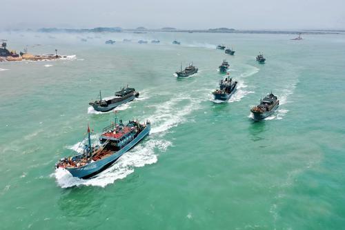 8月1日,渔船从福建东山的大澳中心渔港出发驶向外海(无人机照片)。2.jpg
