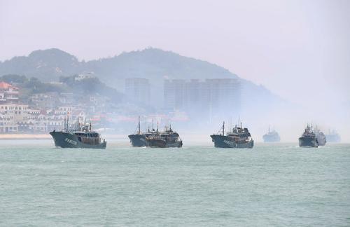 8月1日,渔船从福建东山的大澳中心渔港出发驶向外海。.jpg