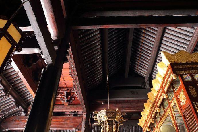 """大殿为十架椽屋、四椽栿对乳栿用四柱。其中当心间前后内柱处施有""""覆水重椽""""构成的双层假顶,檐柱与前内柱间有平棊。.jpg"""
