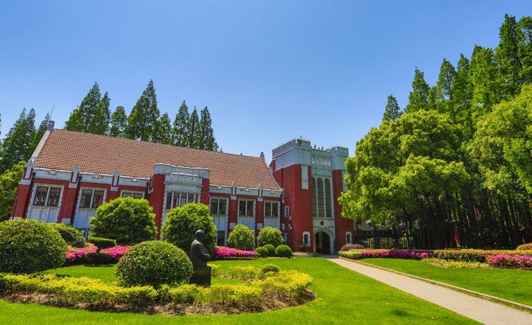 图书馆为砖木结构建筑。长条形平面轴线对称,清水红砖外墙,上坡红瓦屋顶.jpg
