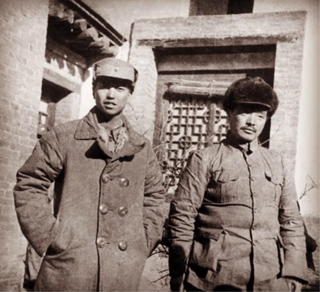 1937年,萧克与贺龙(右)在红军改编为八路军时合影.jpg