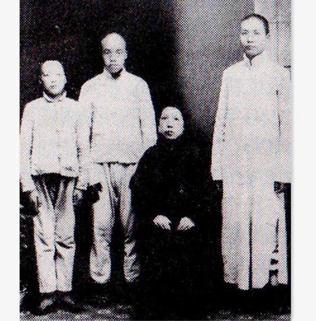 1919年春,(右起)毛泽东与母亲文素勤、弟弟毛泽民、毛泽覃在长沙合影645.jpg