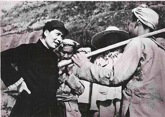 毛泽东与人民群众在一起645.jpg