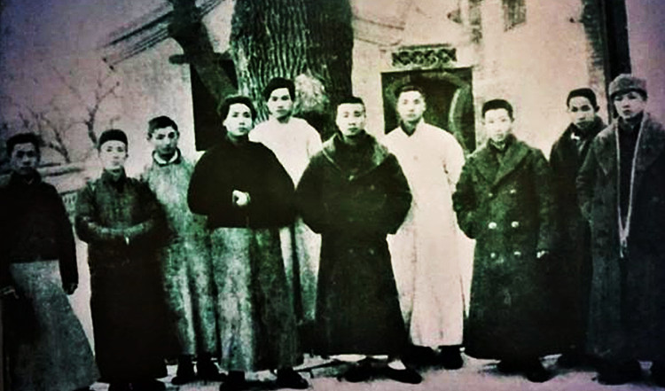 1920年1月18日,毛泽东(左四)、邓中夏(左五)等人在陶然亭慈悲庵合影。750.jpg