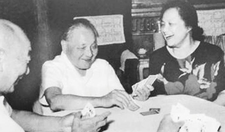 照片中坐 在邓小平左侧正考虑出牌的就是朱成。750.jpg
