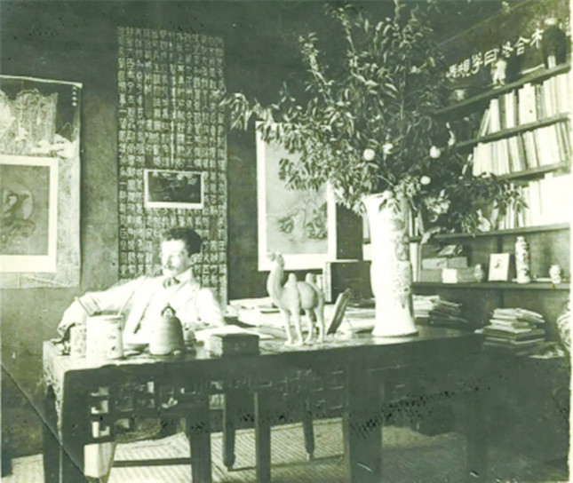 1910年,谢阁兰在他北京的办公室645.jpg