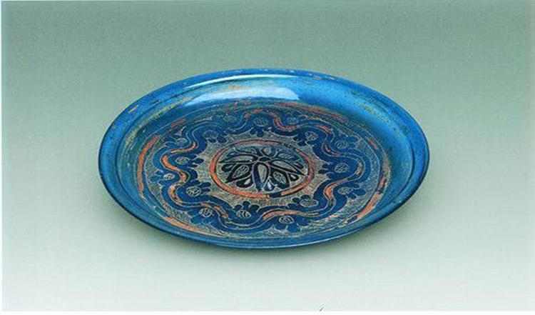 法门寺出土的丹芭纹描金蓝色琉璃盘。.png