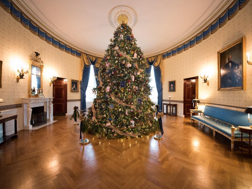 特朗普夫人将白宫圣诞树刷成红色引发众怒,也许她应该学学中国人的审美