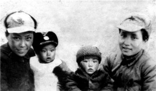 蹇先任(右1)、女儿贺捷生(右2)与蹇先佛(左1)、儿子萧新华在一起.jpg