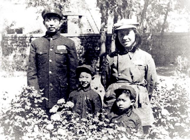 1950年,黄新(前排左一)与父亲黄祖炎、母亲周泽和大妹妹在济南.jpg