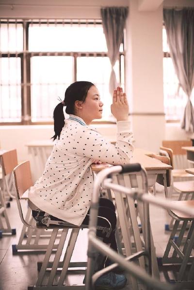 感人!上海一高位截瘫的女孩今年高考成绩-418分,超过本科线15分!其父亲说:你考到哪里,我就背你读到哪里!