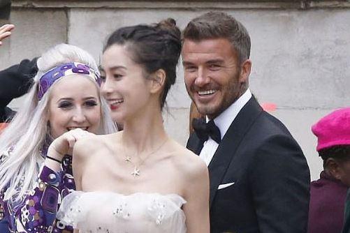 贝克汉姆搭档Angelababy被英国网友嘲讽:他从未对老婆这样笑