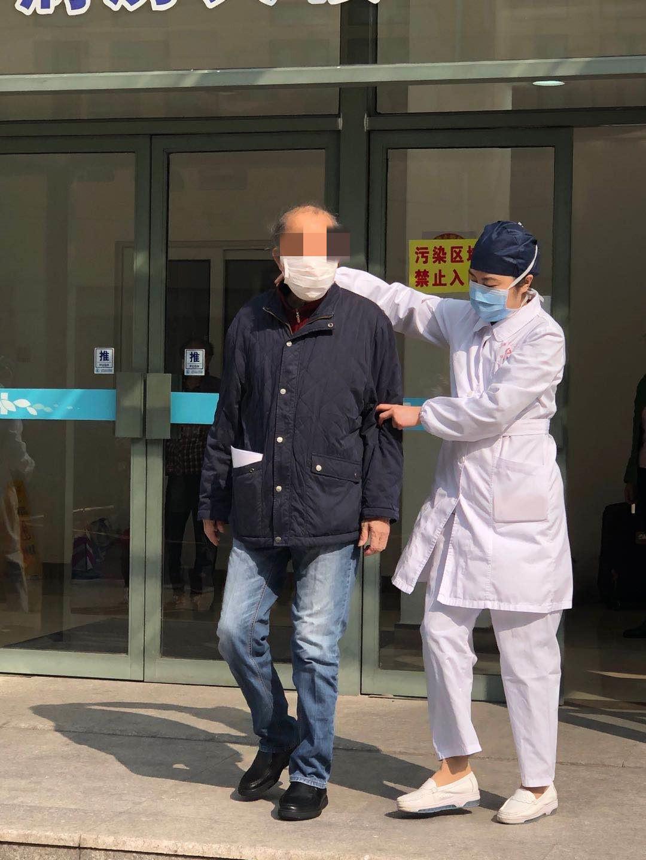 上海首例危重症患者今日出院,称医护人员给了他第二次生命