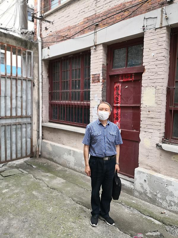 苏智良在宝山路403弄92号——邓中夏、李立三、刘少奇等住所前留影。
